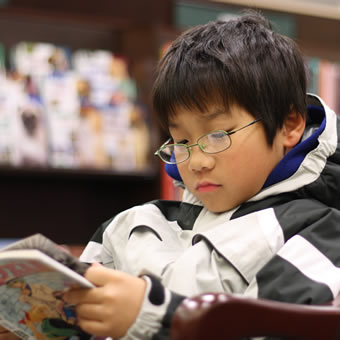Young_boy_reading_manga